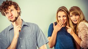 2 женщины говоря злословить о человеке Стоковые Фотографии RF
