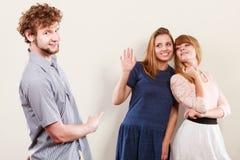 2 женщины говоря злословить о человеке Стоковые Изображения RF