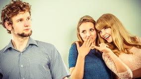 2 женщины говоря злословить о человеке Стоковая Фотография RF