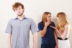 2 женщины говоря злословить о человеке Стоковая Фотография