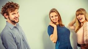 2 женщины говоря злословить о человеке Стоковое фото RF