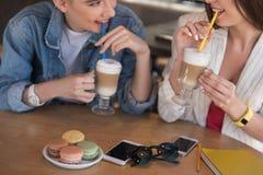 Женщины говоря пока их телефоны на столе Стоковое Фото