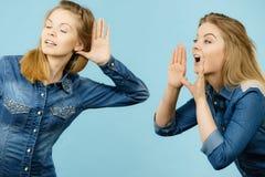 2 женщины говоря сказы, сплетню слухов Стоковое Фото