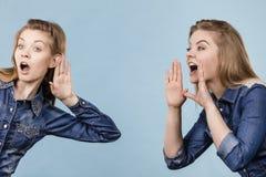 2 женщины говоря сказы, сплетню слухов Стоковые Фото
