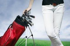 женщины гольфа мешка стоящие стоковые фотографии rf