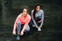 Женщины готовые для бежать и тренировки под дождем Стоковое Изображение