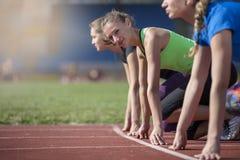 Женщины готовые для того чтобы участвовать в гонке на поле следа Стоковое фото RF