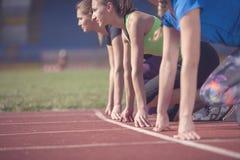 Женщины готовые для того чтобы участвовать в гонке на поле следа Стоковое Изображение RF