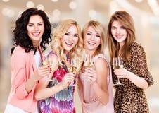 Женщины группы молодые красивые имеют партию стоковое фото
