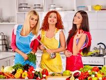 Женщины группы подготавливая еду на кухне Стоковые Изображения RF