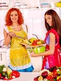 Женщины группы подготавливая еду на кухне Стоковые Изображения