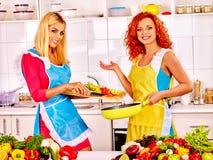 Женщины группы подготавливая еду на кухне Стоковые Фотографии RF