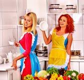 Женщины группы подготавливая еду на кухне Стоковое Изображение RF