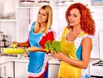 Женщины группы подготавливая еду на кухне Стоковое Фото
