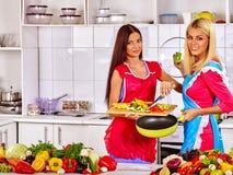Женщины группы подготавливая еду на кухне Стоковое фото RF