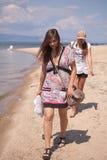 Женщины гуляя на пляж Стоковое Изображение