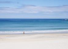 2 женщины гуляя на пляж Стоковые Фотографии RF