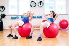 Женщины делают протягивать тренировку Стоковые Изображения