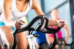 Женщины делая закручивать спорта Стоковые Изображения
