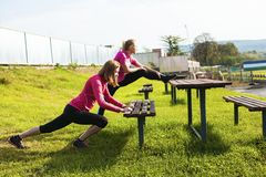 2 женщины делая протягивающ тренировку Стоковое Изображение