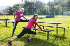 2 женщины делая протягивающ тренировку Стоковые Фотографии RF