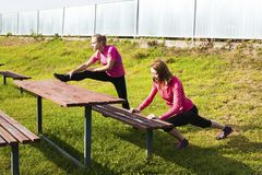 2 женщины делая протягивающ тренировку Стоковое фото RF