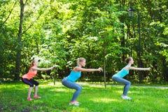 Женщины делая тренировки outdoors Стоковая Фотография RF