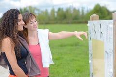 2 женщины делая тренировку в парке Стоковые Фотографии RF