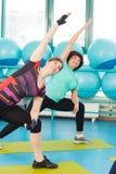 Женщины делая тренировку в спортзале Стоковое фото RF