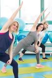 Женщины делая тренировку в спортзале Стоковые Фотографии RF
