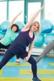 Женщины делая тренировку в спортзале Стоковое Фото