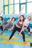 Женщины делая тренировку в спортзале Стоковая Фотография RF