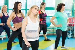 Женщины делая тренировку в спортзале Стоковые Изображения