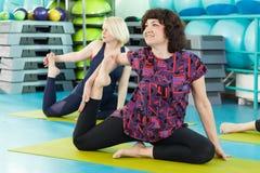 Женщины делая тренировку йоги в спортзале Стоковое фото RF