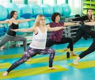 Женщины делая тренировку йоги в спортзале Стоковое Изображение RF