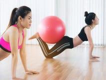 Женщины делая тренировку с шариком пригонки в классе спортзала Стоковое Изображение