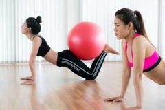 Женщины делая тренировку с шариком пригонки в классе спортзала Стоковая Фотография RF