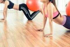 Женщины делая тренировку с шариком пригонки в классе спортзала Стоковое Фото
