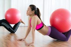 Женщины делая тренировку с шариком пригонки в классе спортзала Стоковое Изображение RF
