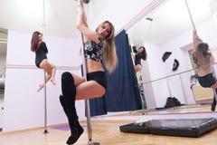 2 женщины делая тренировку танца поляка Стоковое Фото