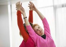 2 женщины делая физическую практику Стоковое Фото