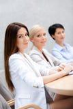 Женщины дела обсуждают стратегию бизнеса Стоковые Фото