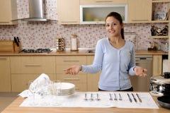 женщины дома красивейшей чистки счастливые Стоковые Фотографии RF