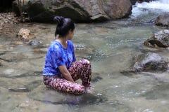 Женщины думают что-то в водопаде Стоковые Изображения
