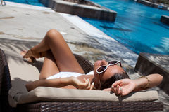 женщины лежа вниз на кровати солнца Стоковая Фотография RF