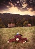 Женщины лежа на траве Стоковая Фотография