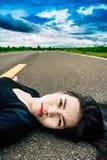 Женщины лежа на улице Стоковое Фото
