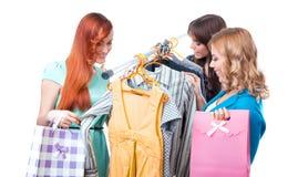 Женщины дерева счастливые ходя по магазинам в магазине одежд Стоковые Фото