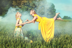 2 женщины держат друг друга руки Стоковое Изображение