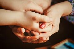 Женщины держат руки ` s одина другого Стоковое Изображение RF